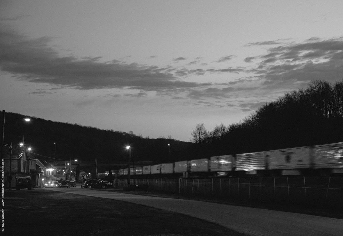 ns-piggy-back-intermodal-night-lilly-pa-3799