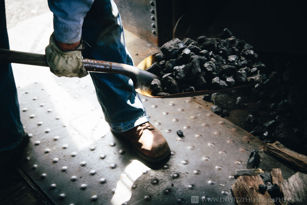 36soo_2719_shovel_full_of_coal