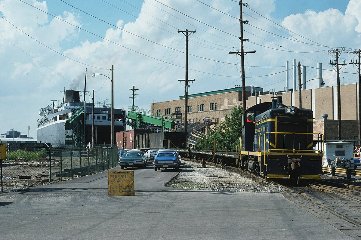 ss badger c and o switcher loading rail cars