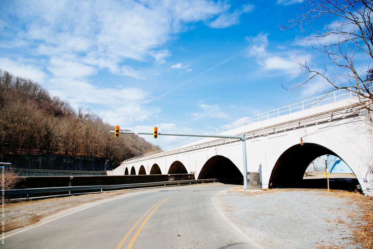 ns-pennsy-arched-stone-bridge-stop-light-johnstown-pa-3427